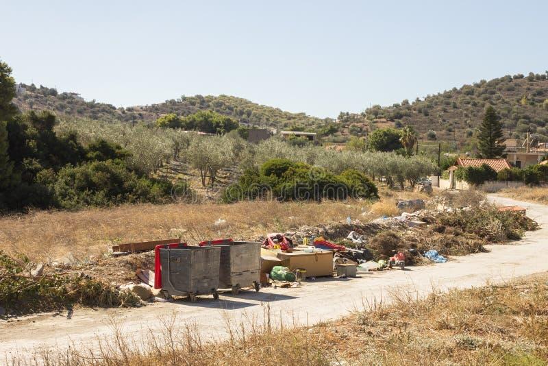 Avskrädeförrådsplats på gräset nära skogbegreppet - miljö royaltyfri fotografi