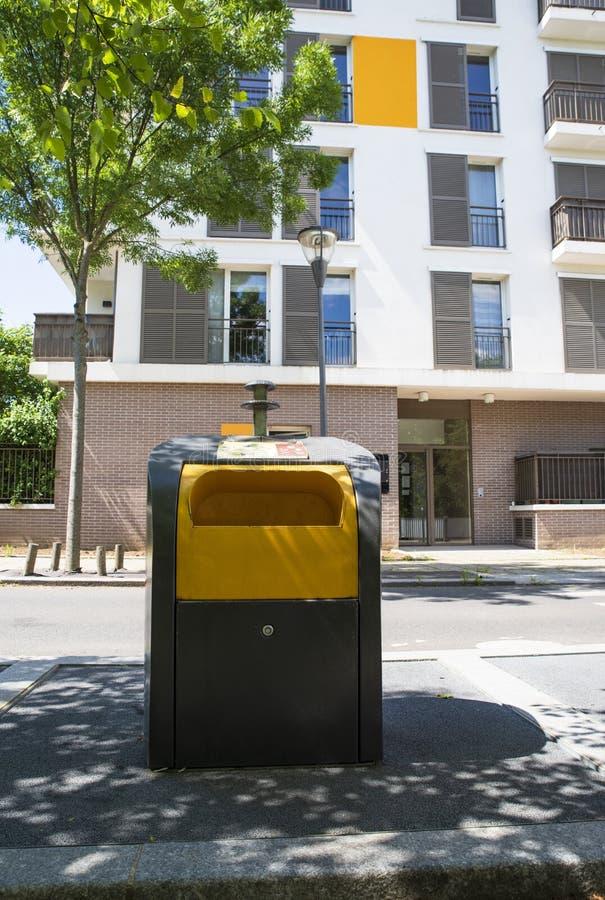 Avskrädefack i staden arkivfoton
