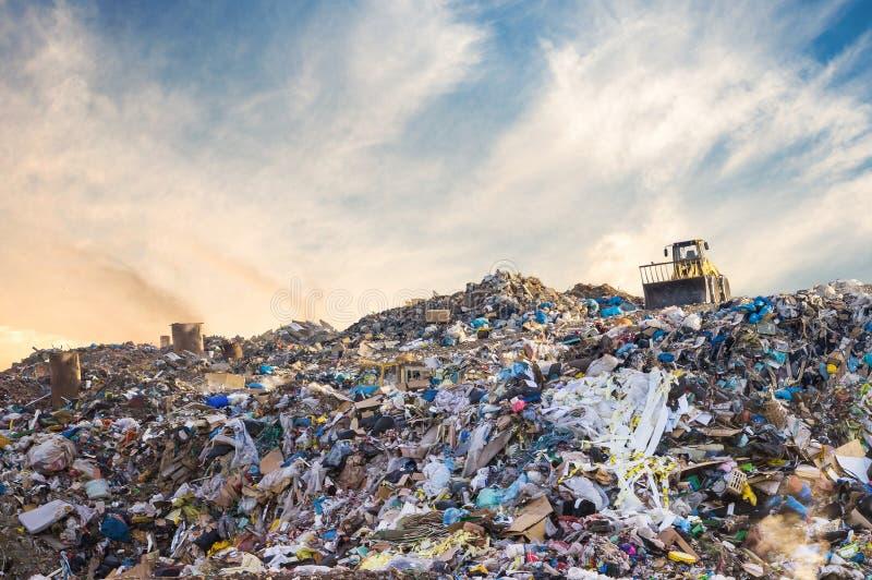 Avskrädehög i avfallförrådsplats eller nedgrävning av sopor Oljetrumma och världsöversikt arkivfoton
