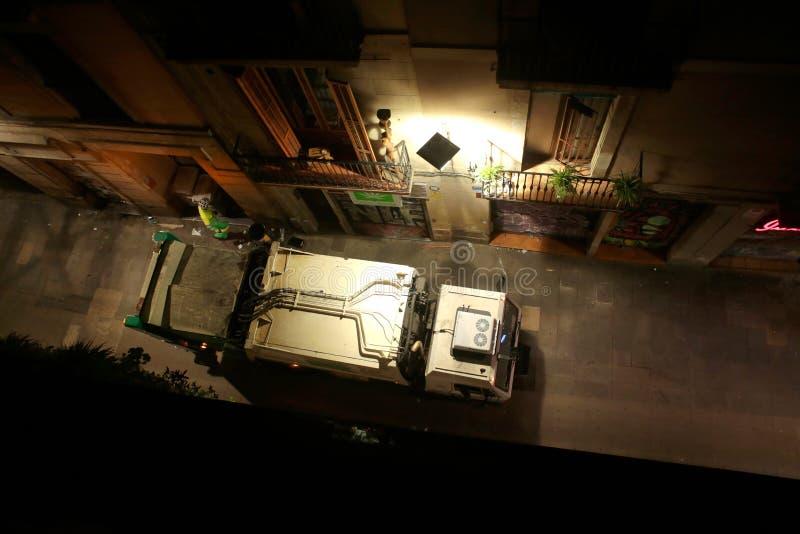 Avskrädelastbilen passerar på en central gata i barcelona royaltyfria bilder