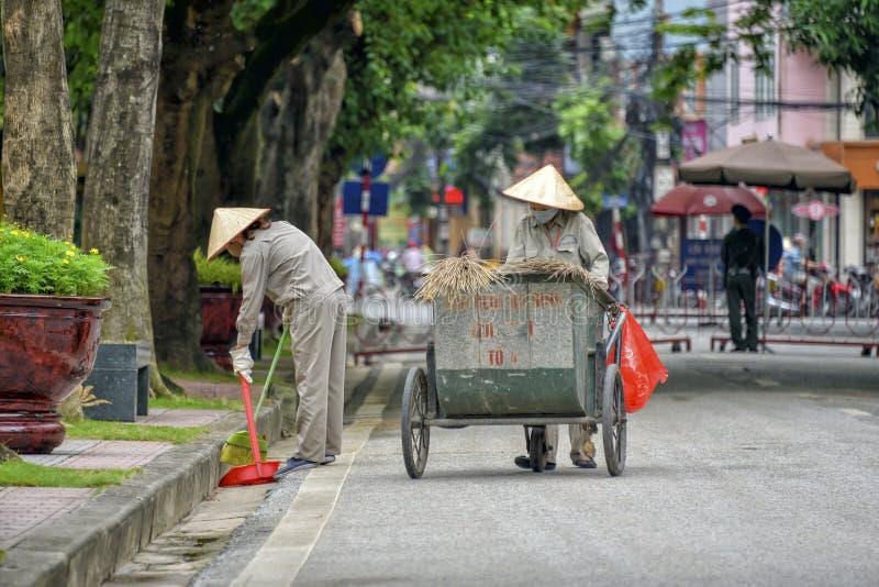 Avskrädesamlare nära Ho Chi Minh Museum fotografering för bildbyråer
