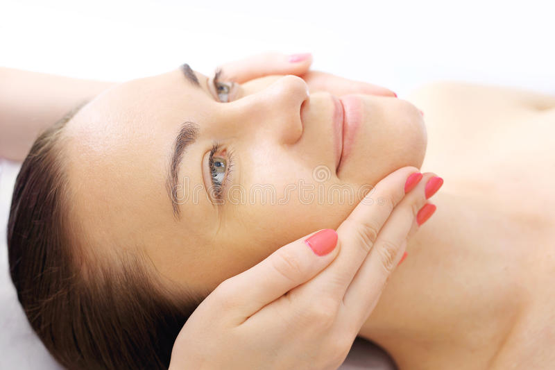 Avslappnande ansikts- massage royaltyfri bild