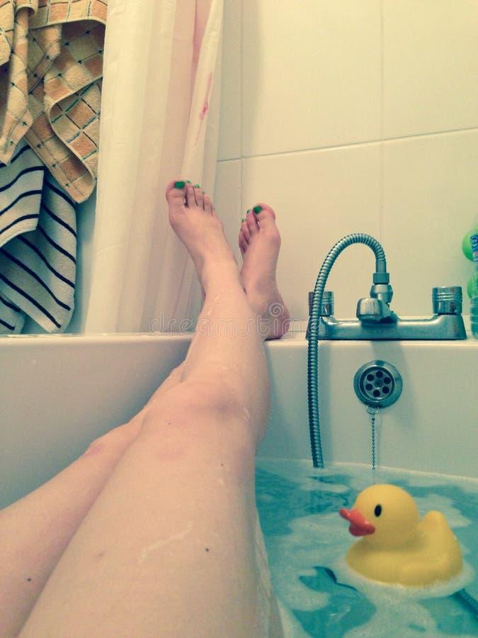 Avslappnande bad med den rubber anden royaltyfria bilder