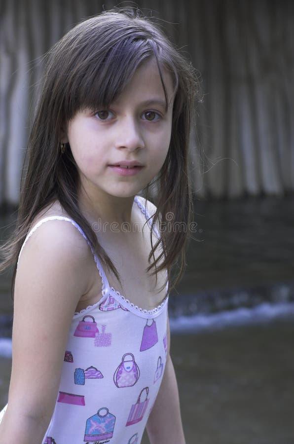 avslappnande barn för flicka royaltyfri bild