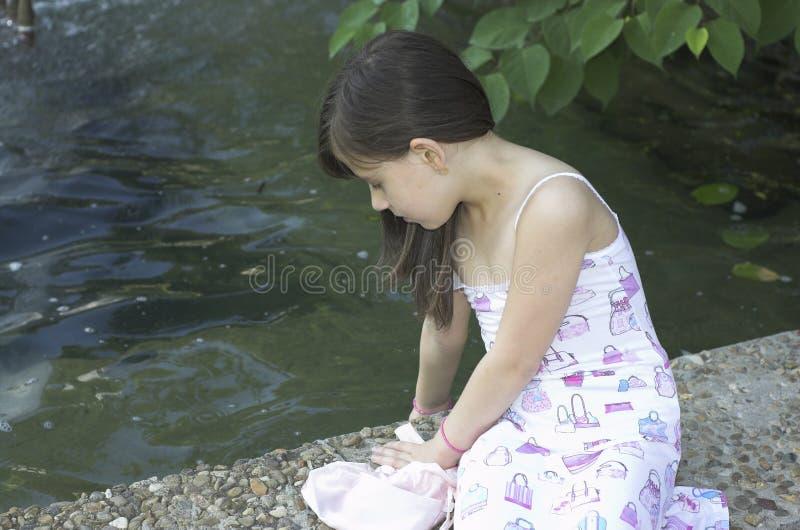 avslappnande barn för flicka royaltyfria bilder