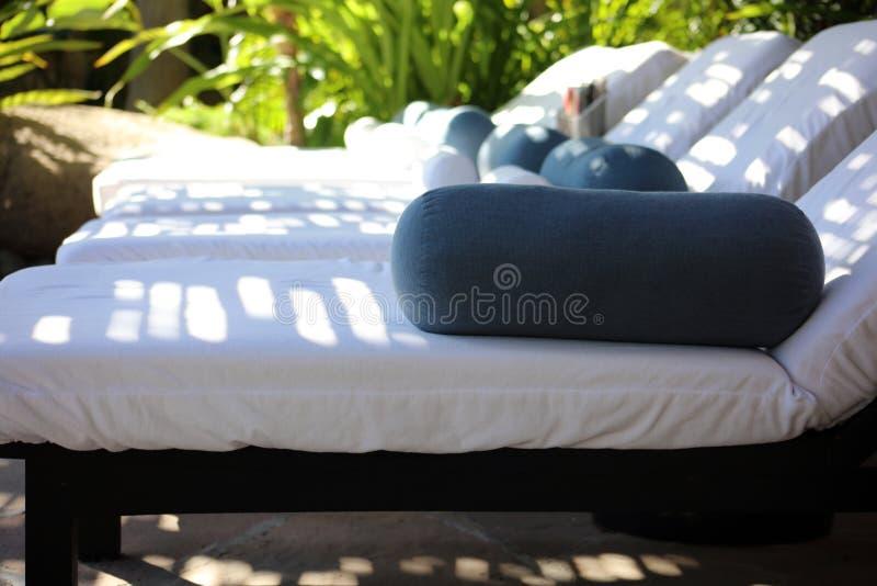 Avslappnande brunnsortsängar med bekväma kuddar och handdukar som väntar på din lyxiga massage royaltyfria foton