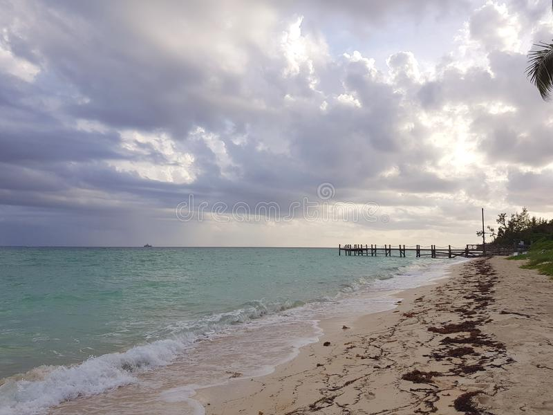 Avslappnande eftermiddag på stranden i den Albany marina, Nassau bah arkivfoton