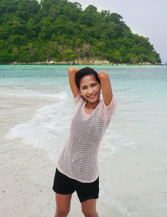 Avslappnande flicka på stranden arkivbilder