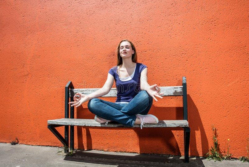 Avslappnande härlig andning för kvinnlig student in - mellan högskolaexamina arkivbild