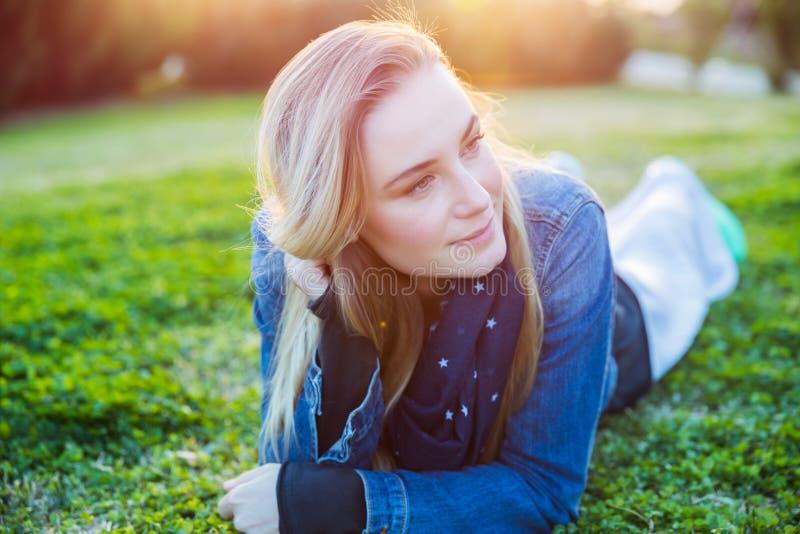 Avslappnande härlig kvinna utomhus fotografering för bildbyråer