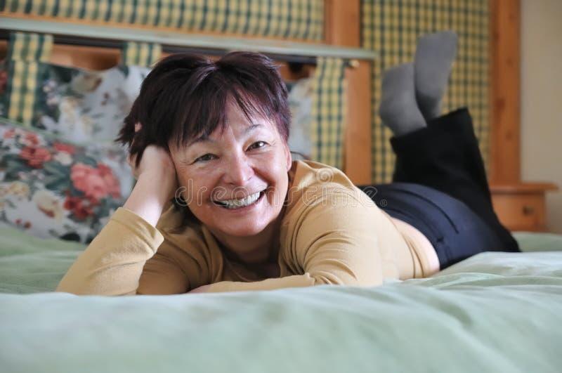 avslappnande hög kvinna för underlag royaltyfria bilder