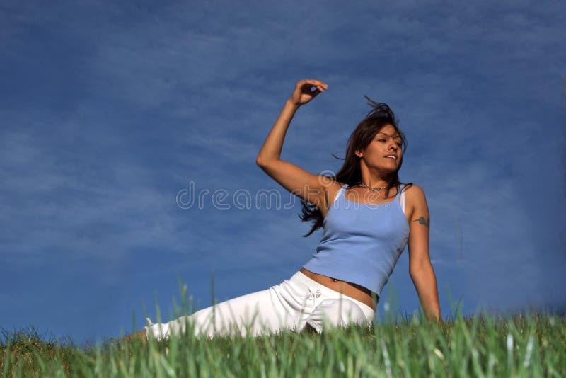 avslappnande kvinna royaltyfri bild