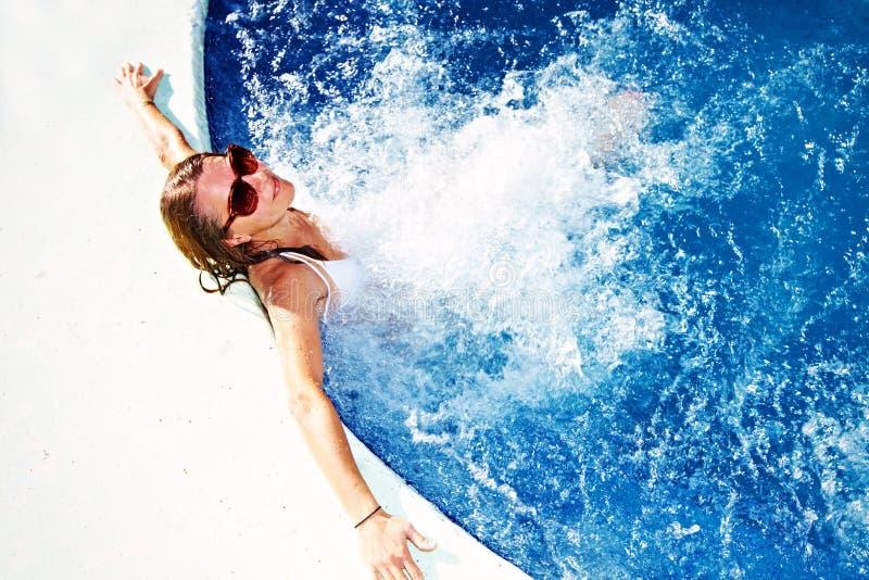 avslappnande kvinna för bubbelpool royaltyfri fotografi