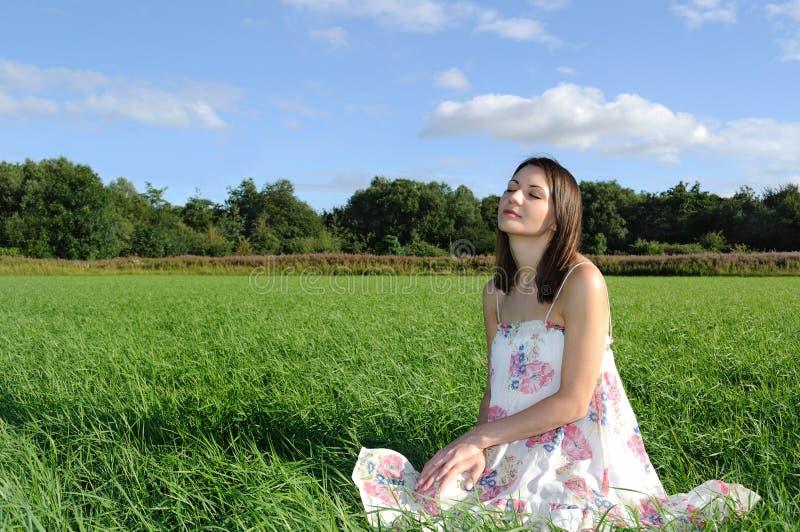 avslappnande kvinna för fält arkivfoton