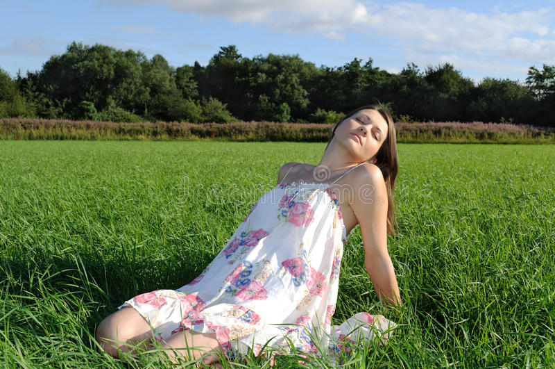 avslappnande kvinna för fält royaltyfri fotografi