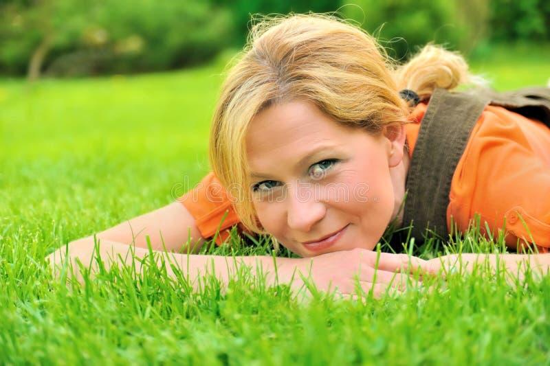avslappnande kvinnabarn fotografering för bildbyråer