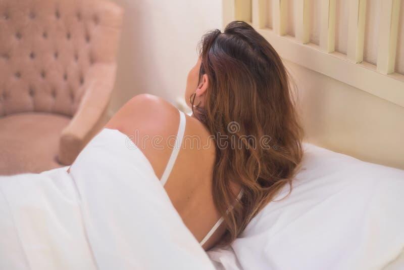 avslappnande kvinnabarn för underlag arkivfoton