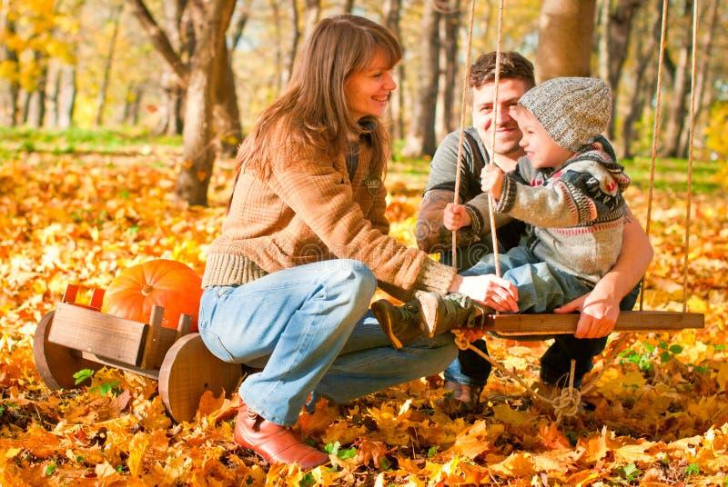 Download Avslappnande Lycklig Familj Utomhus Arkivfoto - Bild av glädje, säsong: 27284426
