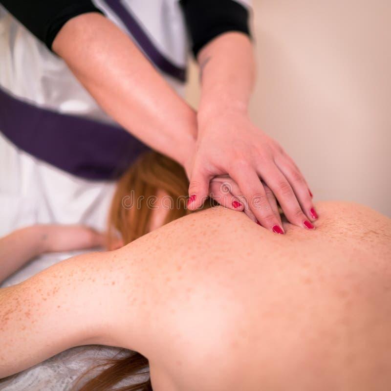 Avslappnande massage på brunnsorten royaltyfria foton