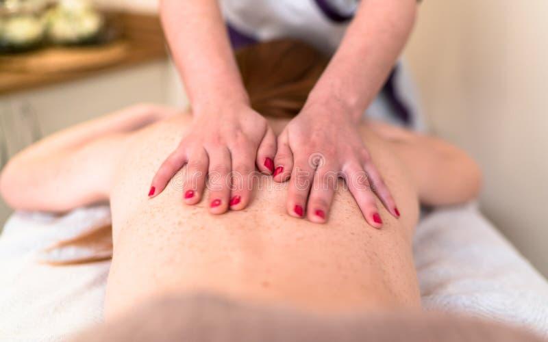 Avslappnande massage på brunnsorten royaltyfria bilder