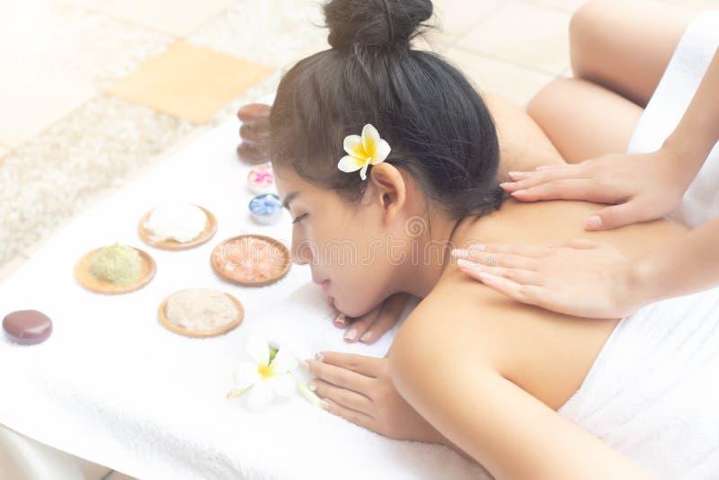 Avslappnande massagebehandling för asiatiska kvinnor med glat lynne tillsammans fotografering för bildbyråer