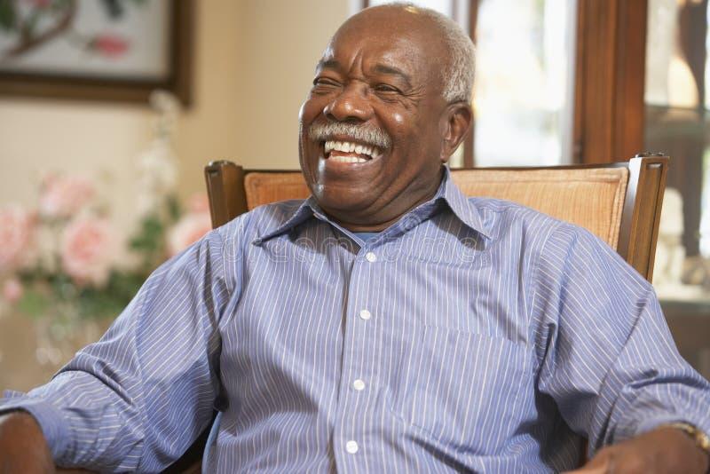 avslappnande pensionär för fåtöljman royaltyfria bilder