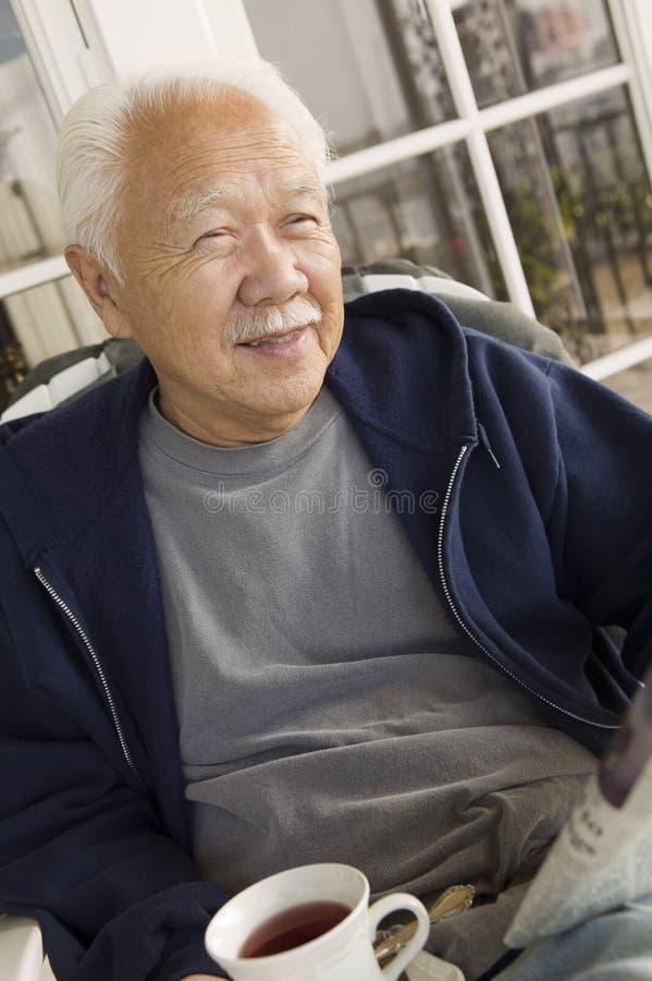 avslappnande pensionär för kaffeman arkivbild