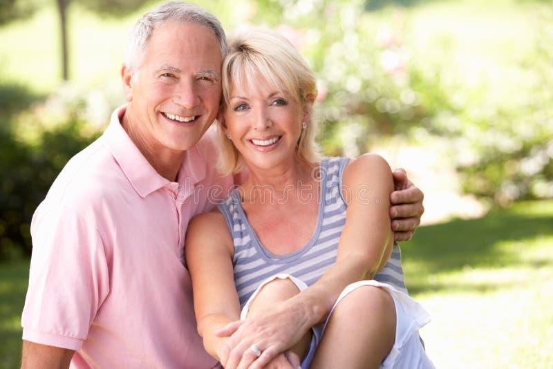 avslappnande pensionär för parpark tillsammans arkivfoto