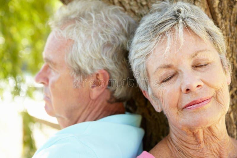 avslappnande pensionär för parstående fotografering för bildbyråer