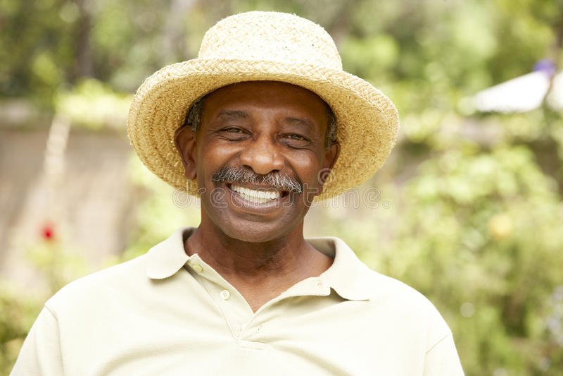 avslappnande pensionär för trädgårds- man royaltyfri fotografi