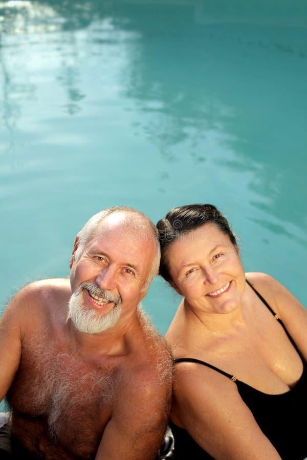 avslappnande pensionärer arkivfoto