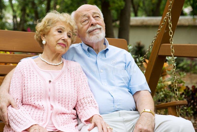 avslappnande pensionärer för par royaltyfri bild