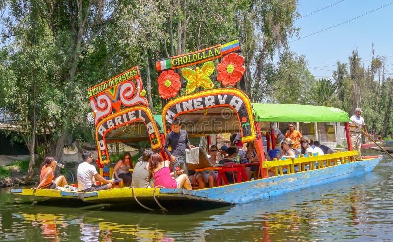 Avslappnande promenad på den Xochimilco lagun arkivfoton