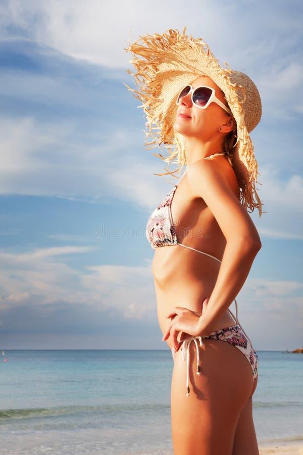 avslappnande sexig kvinna för strand arkivbild