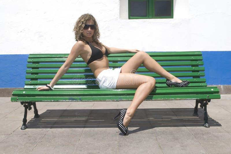 avslappnande sexig sittande kvinna royaltyfri bild