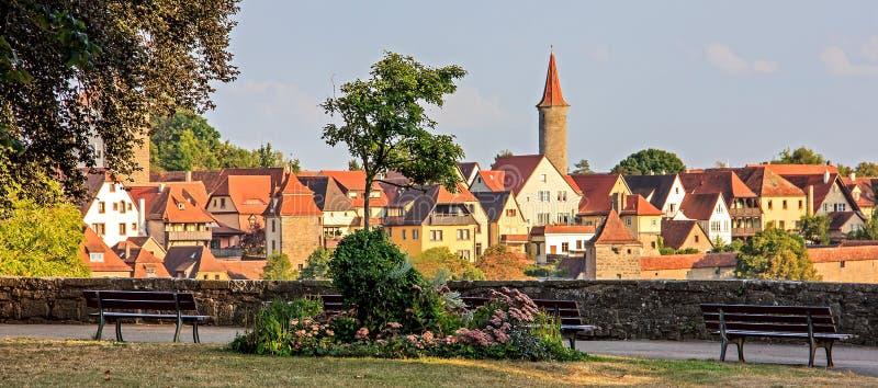 Avslappnande sikt av slottträdgården & x28; Burggarten& x29; och sikt av den gamla staden, Rothenburg obder Tauber, Tyskland arkivfoton