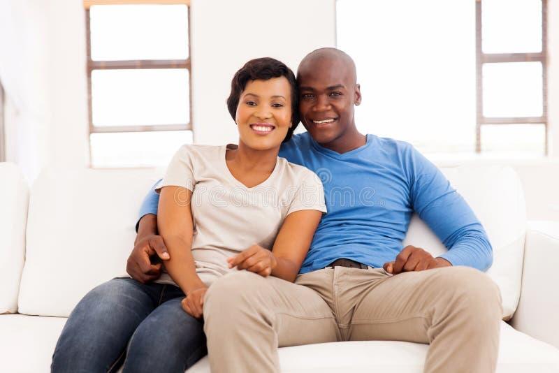 Avslappnande soffa för par royaltyfria bilder
