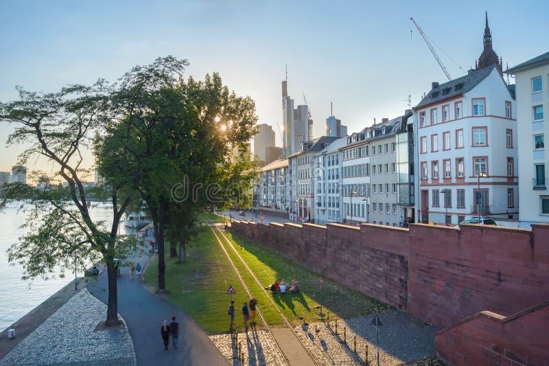 Avslappnande stadsinvallning Frankfurt för folk arkivbilder