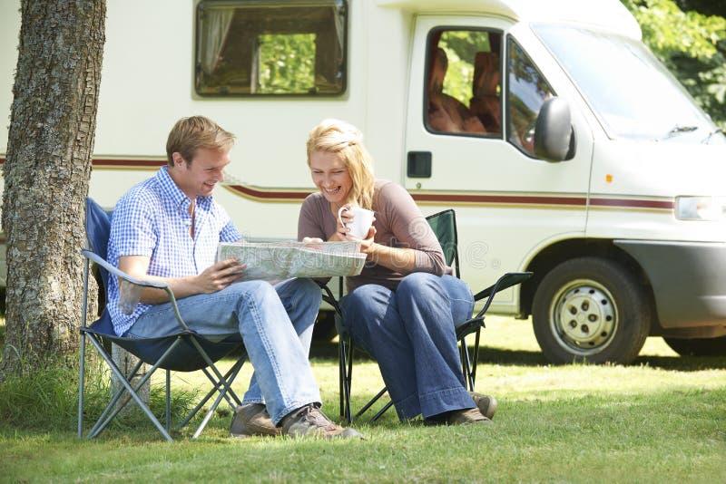 Avslappnande utvändigt motoriskt hem för par på semester arkivfoton