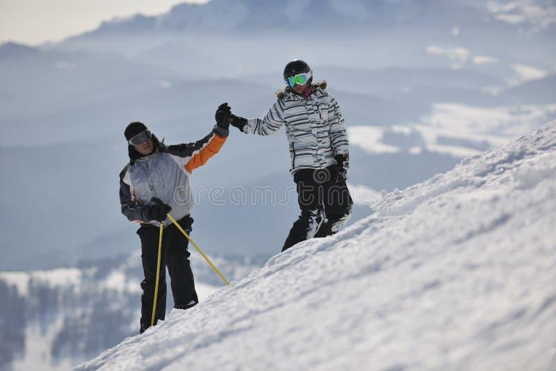 Avslappnande vinterseson för par royaltyfri bild