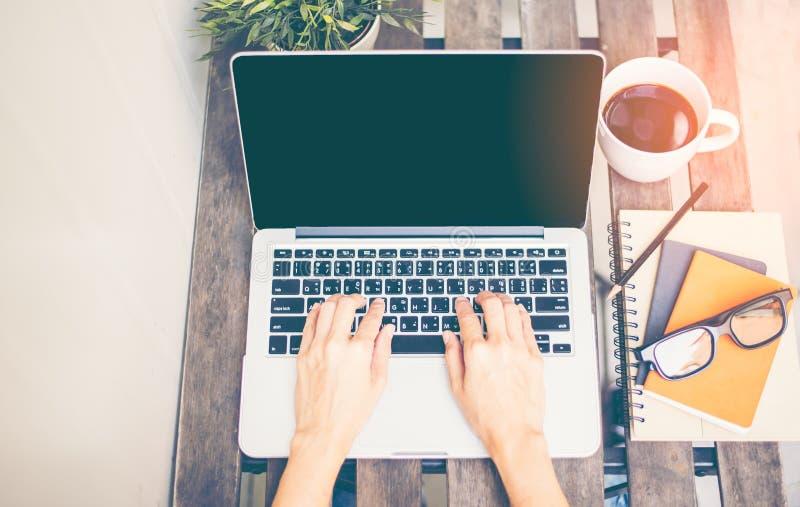 Avslappnande Workspace kyler ut arbete för kontor och planlägger bärbar datorsmartphonen med morgonkaffe, arkivfoton