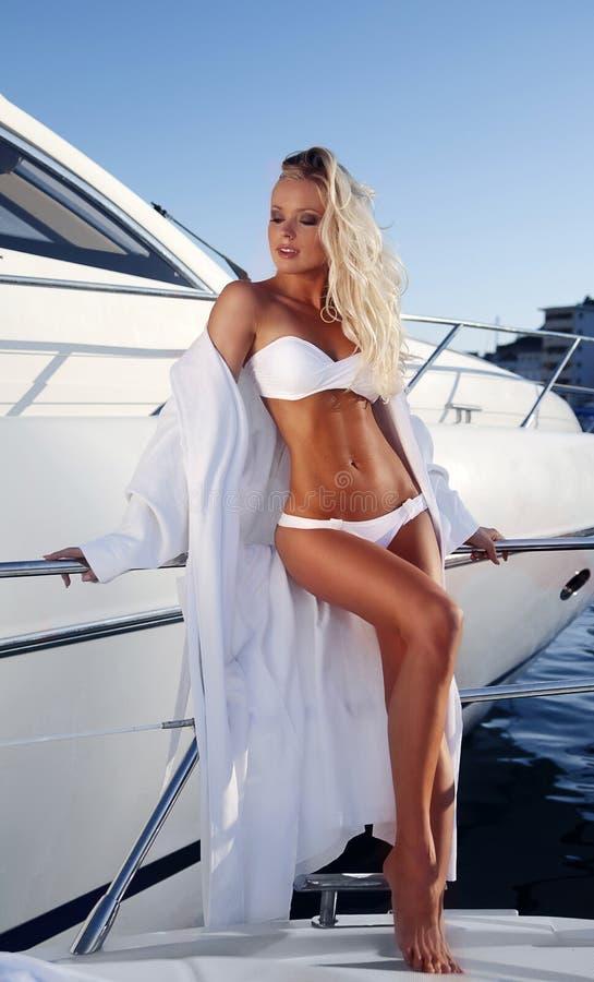 avslappnande yacht för flicka fotografering för bildbyråer