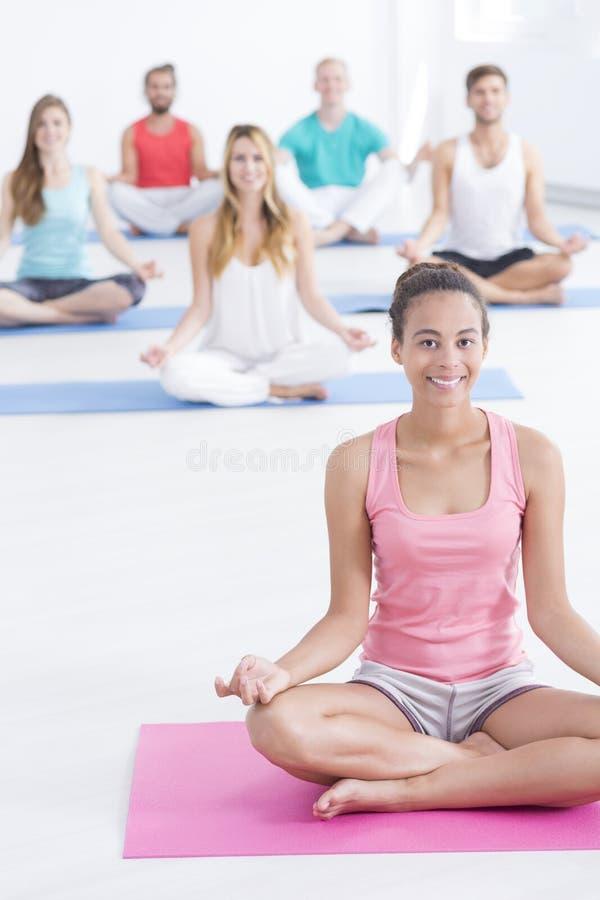 Avslappnande yoga övar på idrottshallen arkivfoton