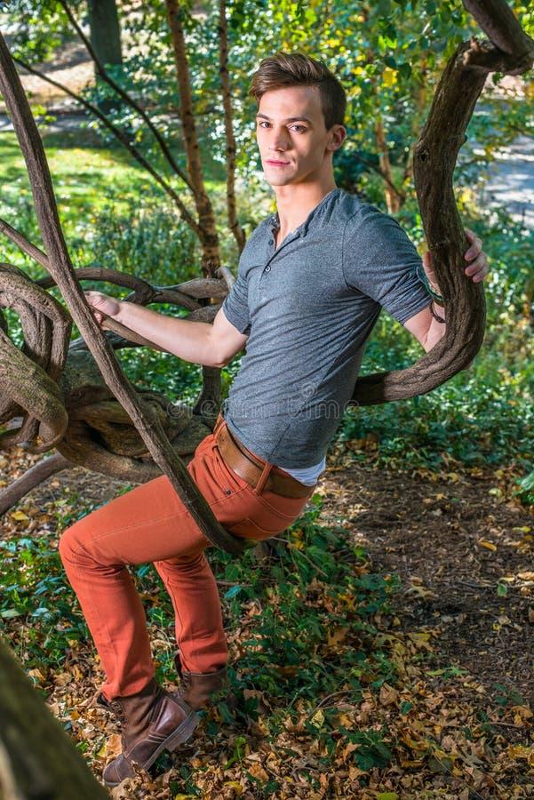 Avslappnande yttersida för ung man royaltyfri foto
