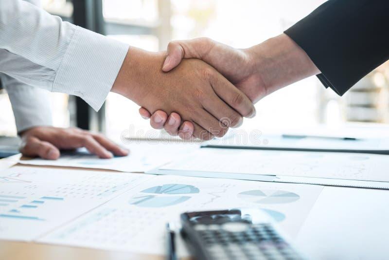 Avsluta upp en konversation efter samarbete, handskakning av två affärspersoner efter avtalsöverenskommelse att bli en partner, royaltyfria bilder