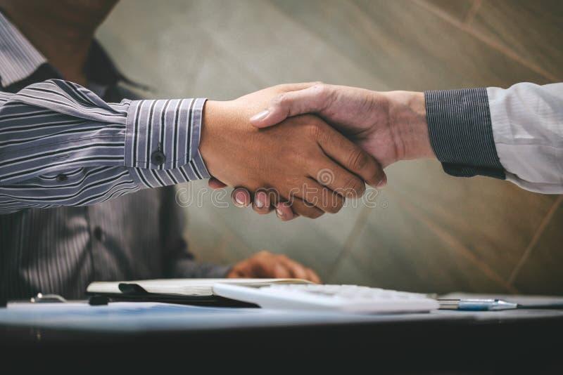 Avsluta upp en konversation efter samarbete, handskakning av två affärspersoner efter avtalsöverenskommelse att bli en partner, arkivbilder