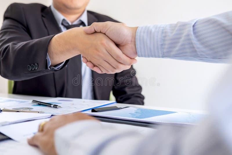 Avsluta upp en konversation efter samarbete, handskakning av tv? aff?rspersoner efter avtals?verenskommelse att bli en partner, arkivfoto
