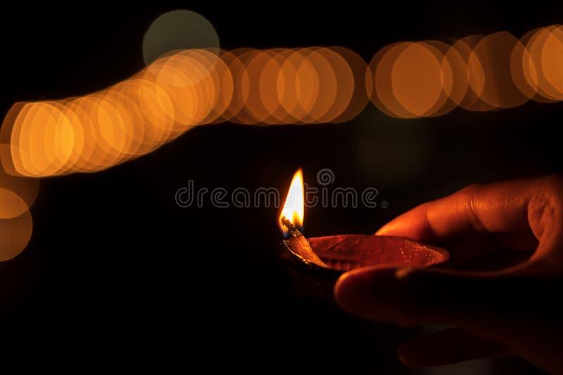 Avslutande bild av en person som har Diwali Diya-bakgrund royaltyfria foton