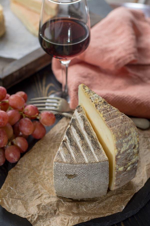 Avsmakning av mjuk ost Tomme för forntida fransk demi från den franska fjällängen royaltyfri fotografi