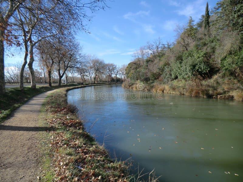 Avsnitt av Canal du Midi nära Carcassonne, Frankrike, i vinter fotografering för bildbyråer